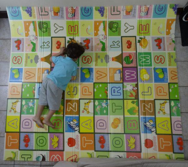 Tapete com estampa educativa colorida com letras e frutas